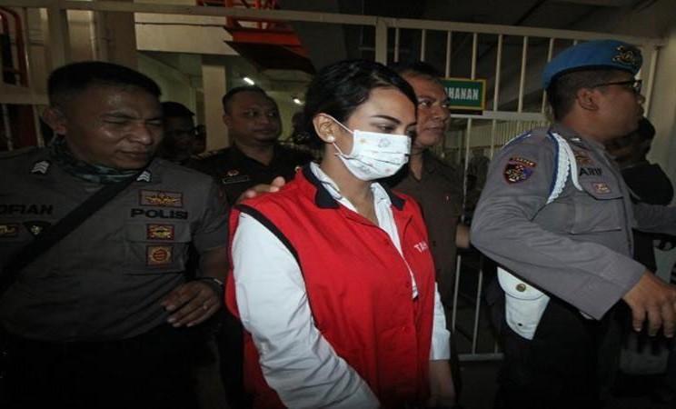 Terdakwa kasus dugaan penyebaran konten asusila Vanessa Angel (tengah) dikawal petugas sebelum menjalani sidang perdana, di Pengadilan Negeri (PN) Surabaya, Jawa Timur, Rabu (24/4/2019). - Antara