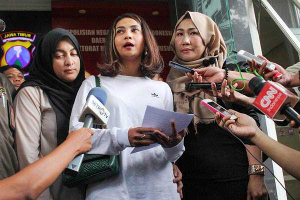Artis berinisial VA (kedua kanan) menjawab pertanyaan wartawan pers usai menjalani pemeriksaan terkait kasus prostitusi daring di Gedung Subdit Siber Ditreskrimsus Polda Jawa Timur, Surabaya, Jawa Timur, Minggu (6/1/2019). - ANTARA/Didik Suhartono
