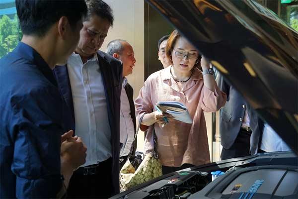 Menteri Perindustrian Airlangga Hartarto menyimak penjelasan mengenai mobil berbahan bakar fuel cell produksi Hyundai Motor Company (HMC) yang disebut Hyundai NEXO usai pertemuan dengan jajaran HMC di Seoul, 25 Juni 2019. Dalam pertemuan itu, perusahaan tersebut menyampaikan rencana investasinya di Indonesia kepada Menperin.