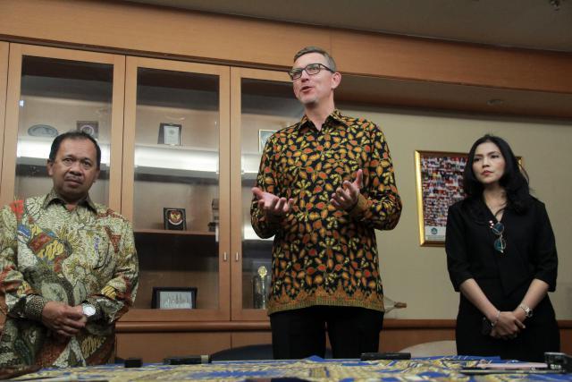 Presiden Direktur PT HM Sampoerna Tbk. Mindaugas Trumpaitis (tengah), Direktur Elvira Lianita (kanan), dan Direktur Jenderal Penguatan Inovasi Kementerian Riset, Teknologi, dan Perguruan Tinggi Jumain Appe (kiri) memberikan keterangan pers, usai menandatangani nota kesepahaman kerja sama Penguatan Inovasi dengan Industri, di Jakarta, Rabu (22/5/2019). - Bisnis/Triawanda Tirta Aditya