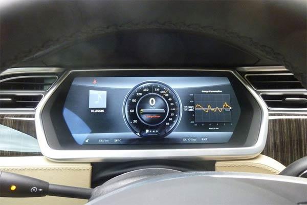 Tampilan layar dashboard Tesla. - Wikimedia Commons/Antara
