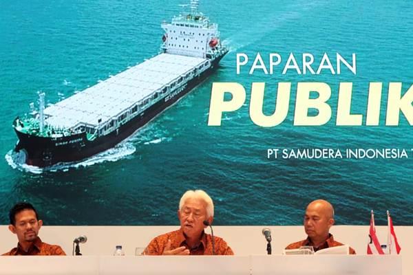 Direktur Utama PT Samudera Indonesia Tbk Masli Mulia (tengah) bersama Direktur Bani M Mulia (kiri), dan Direktur Independen Ridwan Hamid menjawab pertanyaan wartawan, seusai RUPST, di Jakarta, Kamis (28/6/2018). - JIBI/Endang Muchtar