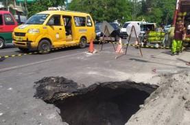 Jalan Amblas di Medan, Kebocoran Pipa PDAM Jadi Penyebab