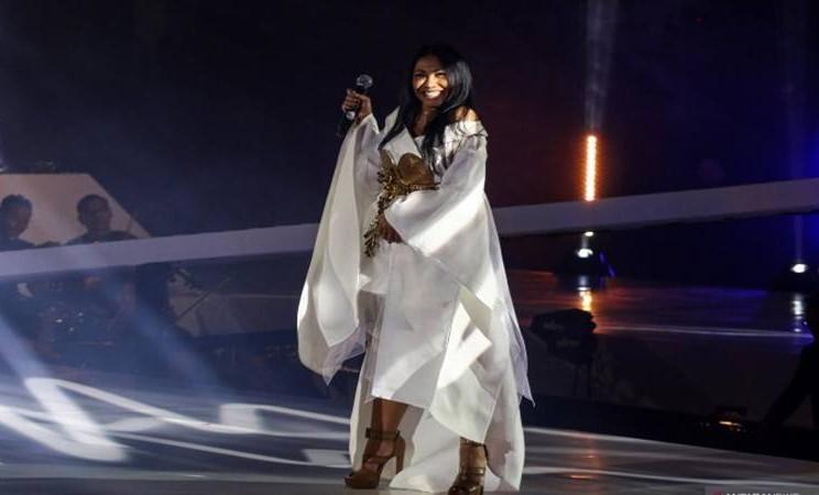 "Penyanyi Anggun C Sasmi menghibur para penggemarnya saat konser tunggal di Tenis Indoor Senayan, Jakarta, Jumat (5/7/2019). Dalam konser yg bertajuk ""Satukan Nada Wujudkan Mimpi Anak Indonesia"" itu, Anggun membawakan kurang lebih 20 lagu andalannya. - Antara"