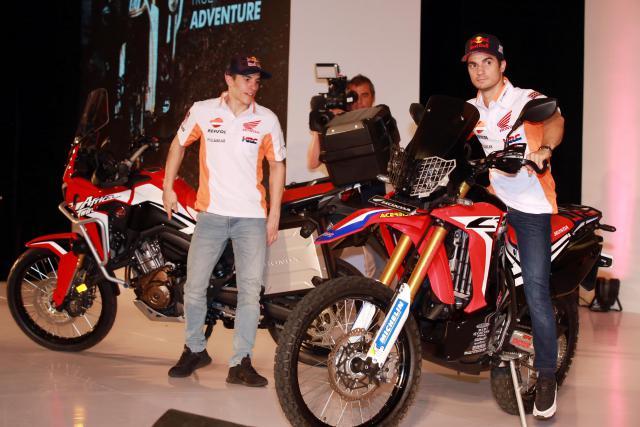 Pebalap MotoGP Marc Marquez (kanan) dan Dani Pedrosa memperkenalkan motor Honda CRF1000L Africa Twin dan Honda CRF25RALLY. - Bisnis/Abdullah Azzam