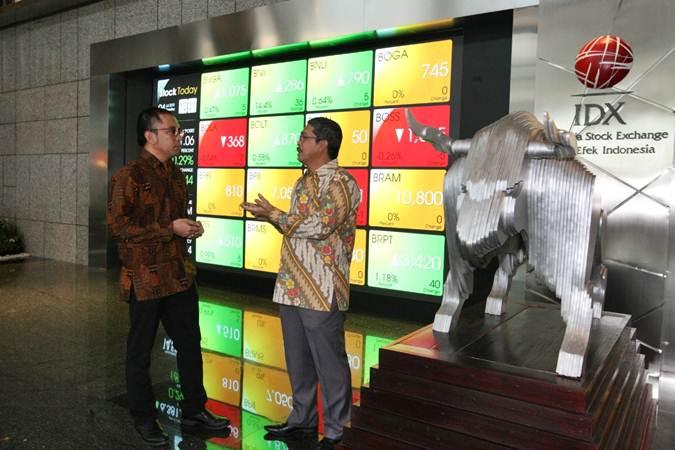 Direktur Utama PT Envy Technologies Indonesia Tbk Mohd Sopiyan Bin Mohd Rashdi (kanan) berbincang dengan Komisaris Utama Imron Hamzah di sela-sela kunjungan ke kantor PT Bursa Efek Indonesia sehubungan rencana pencatatan perdana saham pada pekan depan, di Jakarta, Kamis (4/7/2019). - Bisnis/Dedi Gunawan