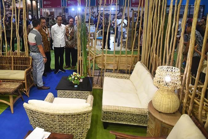 Presiden Joko Widodo (tengah) meninjau pameran International Furniture Expo (IFEX) 2019 di Jakarta, Rabu (13/3/2019). - ANTARA/Akbar Nugroho Gumay