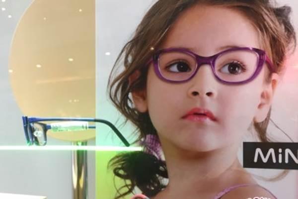 Anak mengenakan kacamata - Antara