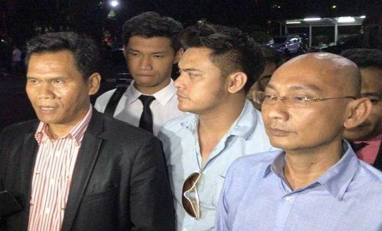 Aktor Galih Ginanjar (tengah) didampingi kuasa hukumnya, Rihat Hutabarat (kiri) ditemui usai menjalani pemeriksaan selama 13 jam di Direktorat Reserse Kriminal Khusus (Ditreskrimsus) Polda Metro Jaya, Sabtu dini hari (6/7/2019). - Antara