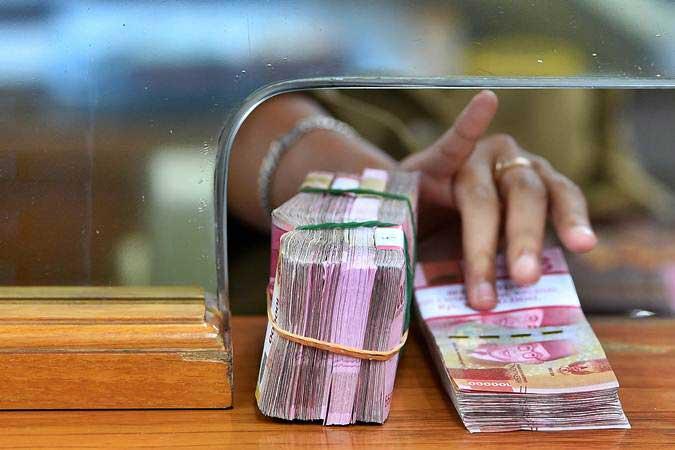 Karyawan memegang mata uang rupiah di gerai penukaran mata uang asing Ayu Masagung, Kwitang, Jakarta Pusat, Senin (28/1/2019). - ANTARA/Sigid Kurniawan