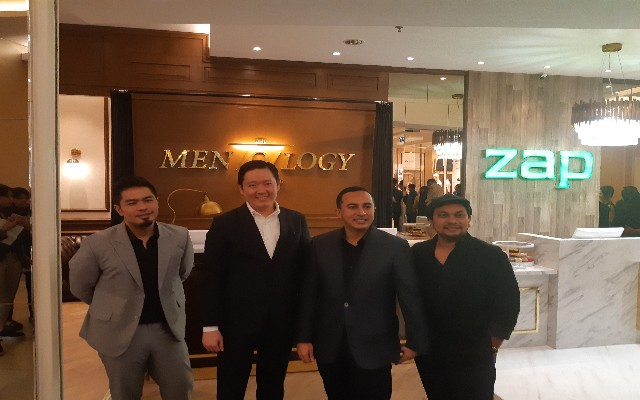 Dari kiri ke kanan : Bams Samson, Endi Novianto, Fadly Shabab, Tompi dalam acara Grand Launching klinik MEN/O/LOGY di Jakarta, Kamis (11/7) - Bisnis/Syaiful M