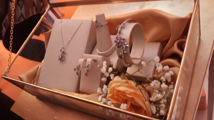 Ilustrasi-Perhiasan emas brand Sandra Dewi Gold saat peluncuran di Kemang Icon, Jakarta Selatan, Jumat (12/7/2019). - Bisnis/Ria Theresia Situmorang