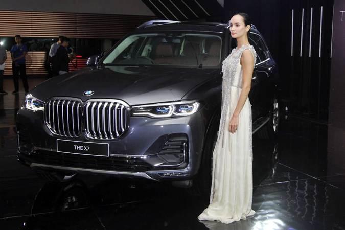 Model bergaya di samping mobil All New BMW X7, di sela-sela peluncurannya, di Jakarta, Senin (15/7/2019). - Bisnis/Endang Muchtar