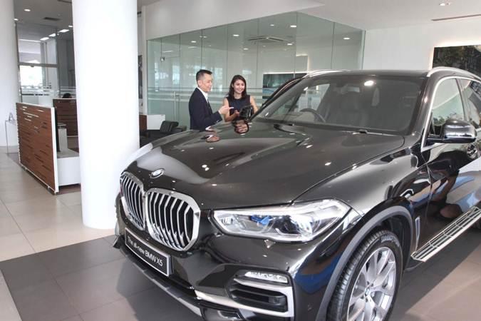 CEO BMW Astra Fredy Handjaja (kiri) bersama Marketing Department Head PT Astra International Tbk Martha Andhyka Maharani mengamati kendaraan BMW, di Serpong Tangerang Selatan, Selasa (16/7/2019). BMW Astra memperkenalkan layanan Joy Experience. - Bisnis/Endang Muchtar