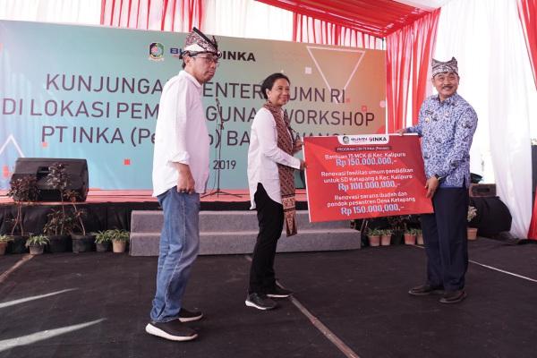 Menteri Badan Usaha Milik Negara (BUMN) Rini M. Soemarno meninjau progres pembangunan workshop atau pabrik kereta api milik PT Industri Kereta Api (Persero) di Banyuwangi, Jawa Timur. - Istimewa