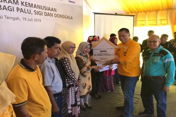 Direktur United Tractors Edhie Sarwono menyerahkan secara simbolis sepuluh bangunan sekolah tahan gempa di Palu dan Donggala, Sulawesi Tengah, Jumat (19/7/2019) - Bisnis/M. Nurhadi Pratomo