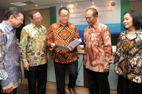 Dirut PT Barito Pacific Tbk Agus Salim Pangestu (tengah), Wakil Direktur Rudy Suparman (kiri), Direktur Henky Susanto (kedua kiri) Komisaris Alimin Hamdi (kedua kanan) dan Direktur Salwati Agustina, berbincang seusai RUPSLB di Jakarta, Rabu (13/12). - ANTARA/Audy Alwi