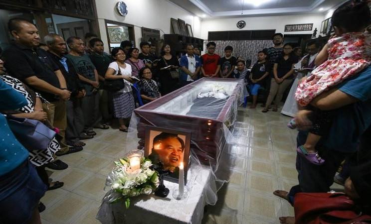 Sejumlah kerabat dan anggota keluarga berdoa di dekat jenazah Sastrawan Arswendo Atmowiloto di Rumah Duka Petukangan Selatan, Jakarta, Jumat (19/7/2019). Arswendo meninggal dalam usia 70 tahun karena sakit kanker prostat. - Antara
