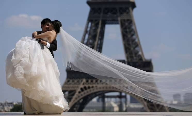 Ilustrasi pernikahan. - Reuters/Christian Hartmann