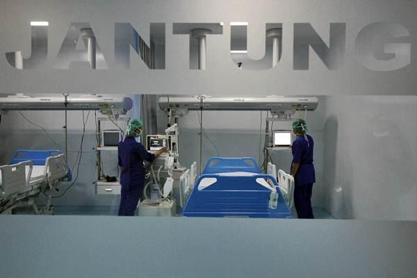 Ilustrasi: Tenaga medis memeriksa peralatan di salah satu rumah sakit jantung. - Antara/Moch. Asim