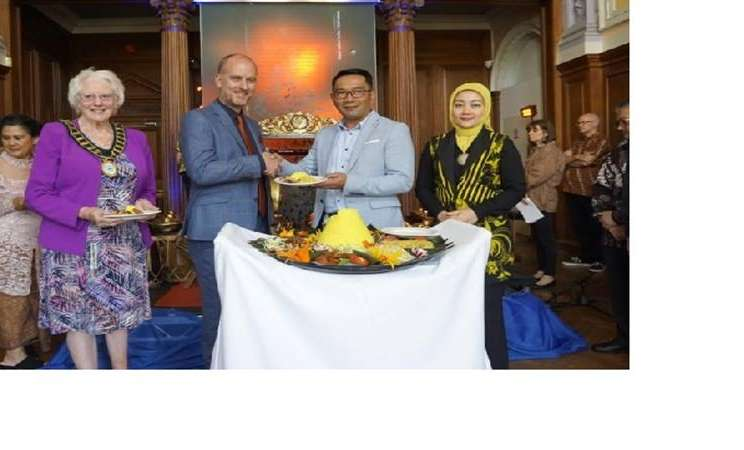 Gubernur Jawa Barat, Ridwan Kamil, meresmikan sudut budaya Sunda dengam upara pemotongan tumpeng dan menyerah potongan pertama nasi tumpeng kepada wali kota Bracknell Town serta CEO South Hill Park Arts Centre, Craig Tiley, Bracknell, London. - Istimewa