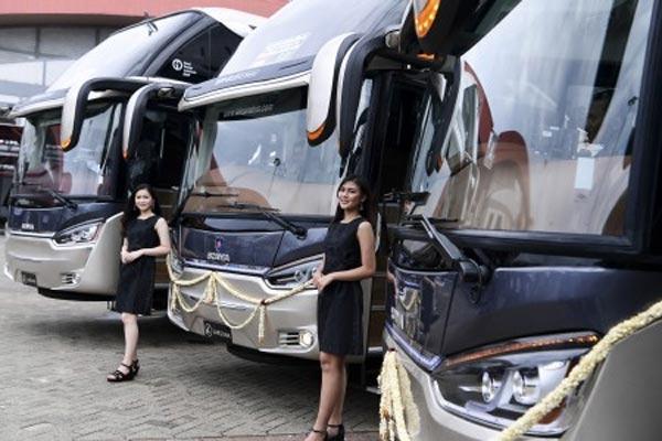 Model berada di depan bus produksi karoseri CV Laksana saat pelepasan ekspor perdana di JIExpo Kemayoran, Jakarta, Kamis (21/3/2019). CV Laksana mengekspor empat bus eksekutif dan 10 bus tingkat (double decker) ke Bangladesh dengan total penjualan senilai US808.000.  - ANTARA FOTO
