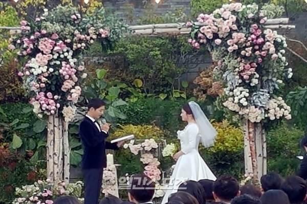 Song Joong-ki dan Song Hye-kyu menikah di Seoul, Korea Selatan, Selasa (31/10/2017). - www.joins.com