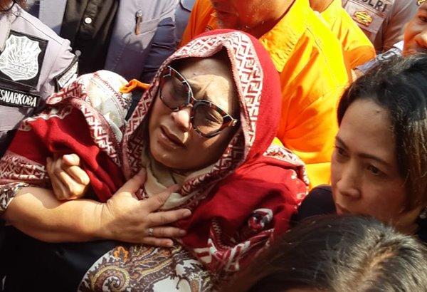 Nunung terisak saat resmi ditahan di Ditresnarkoba Polda Metro Jaya, Senin (22/7 - 2019).