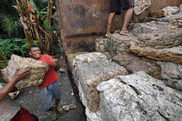 Pekerja memuat getah karet di tempat penampungan karet sementara Singkut, Sarolangun, Jambi, Kamis (19/10). - ANTARA/Wahdi Septiawan