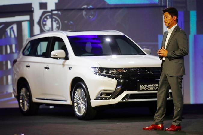 Presiden Direktur PT Mitsubishi Motors Krama Yudha Sales Indonesia (MMKSI) Naoya Nakamura memperkenalkan Mitsubishi Outlander PHEV di Jakarta, Selasa (9/7/2019). - Bisnis/Abdullah Azzam