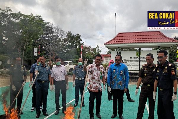 Sinergi Bea Cukai Sangatta dan Kejaksaan Negeri Kutai Timur Musnahkan Barang Ilegal