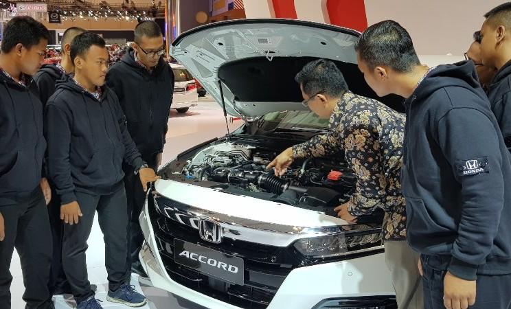 Sejumlah siswa mendengarkan penjelasan mengenai teknologi mesin sedan Accord dari tim Honda Prospect Motor, Selasa (23/7/2019) - HPM