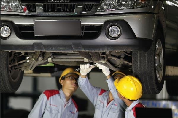 Teknisi Astra Isuzu Motors Indonesia.  - Astra