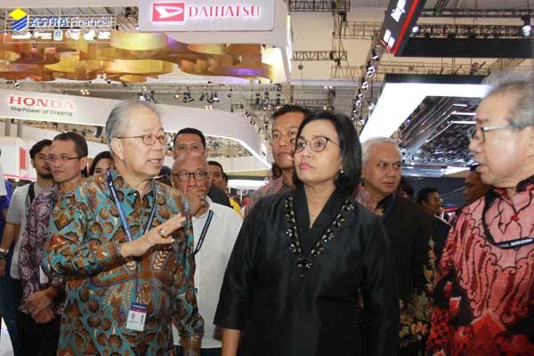 Menter Keuangan Sri Mulyani (tengah) didampingi Ketua Umum Gaikindo Yohannes Nangoi (kiri) dan Ketua I Gaikindo Jongkie D Sugiarto (kanan) saat mengunjungi pameran otomotif di GIIAS 2019 di BSD City, Tangerang, Banten, Rabu (24/07/2019).  - Foto ANTARA