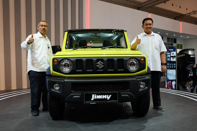Head of 4WD Product Development PT Suzuki Indomobil Sales Yulius Purwanto (kanan) dan Head of 4W Service Imam Suyudi memamerkan mobil Suzuki Jimny dalam perhelatan GIIAS 2019 di ICE BSD, Tangerang, Banten, Senin (22/7/2019). - Bisnis/Felix Jody Kinarwan