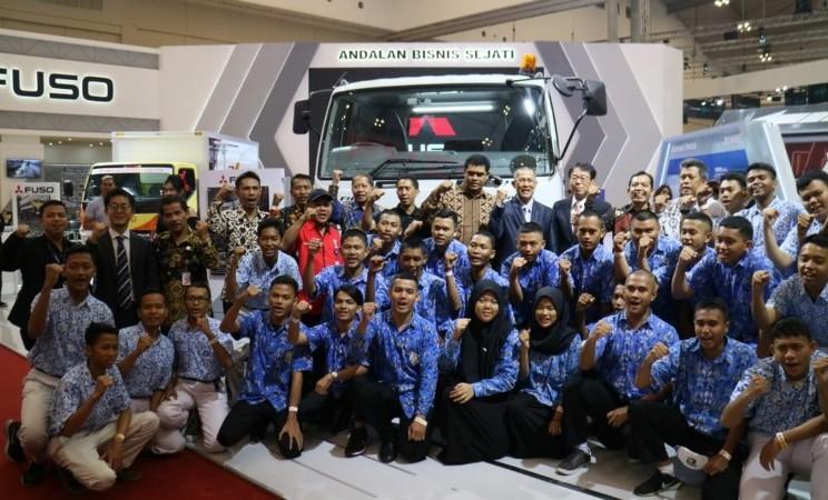 Suasana penyerahan 3 unit Mitsubishi Colt Diesel dari PT Krama Yudha Tiga Berlian Motors untuk tiga sekolah menengah kejuruan, Kamis (25/7/2019) - Bisnis/Thomas Mola