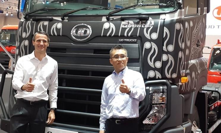 Valery Muyard, Presiden Direktur UD Trucks Indonesia (kiri) dan Kishi Nobuhito, Vice President UD Trucks Key Account Manager hadir di booth UD Trucks di GIIAS 2019, Kamis (25/7/2019) - Bisnis/Thomas Mola