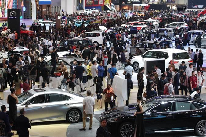 Pengunjung memadati arena Gaikindo Indonesia International Auto Show (GIIAS) 2019, di Tangerang, Banten, Kamis (18/7/2019). - Bisnis/Dedi Gunawan