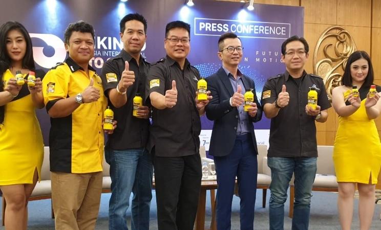 Perwakilan PT Autochem Industry menunjukkan produk cairan rem kendaraan, Prestone, dalam acara edukasi yang digelar di GIIAS 2019, Kamis (25/7/2019). - Autochem Industry