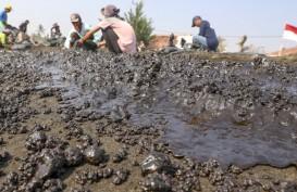 Warga Pembersih Tumpahan Minyak di Pantai Karawang Diberi Upah