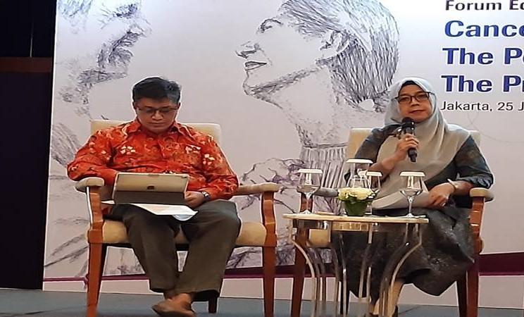 Ahli onkologi Dr Ikhwan Rinaldi SpPD-KHom (kiri) dan Direktur Medik dan Keperawatan RS Kanker Dharmais Dr Nina Kemalasari SpPD-KGer (kanan) dalam konferensi pers Imunoterapi Kanker: Kekuatan untuk Masa Kini dan Janji untuk Masa Depan yang digelar PT Roche Indonesia di Jakarta, Kamis (25/7/2019). JIBI/Bisnis - Nancy Junita