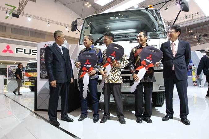 Presiden Direktur PT Krama Yudha Tiga Berlian Motors (KTB) Atsushi Kurita (kanan) didampingi Direktur Syaifuddin Said (dari kiri) berbincang dengan perwakilan SMK, usai menyerahkan tiga unit kendaraan Mitsubishi Colt Diesel, di ajang GIIAS 2019, Tangerang, Banten, Kamis (25/7/2019). - Bisnis/Dedi Gunawan