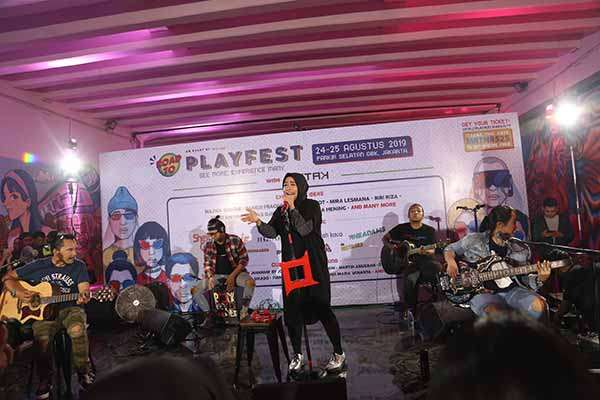 Penampilan Band Kotak di di terowongan Jalan Kendal pada Jumat (26/7/2019) - Narasi.tv