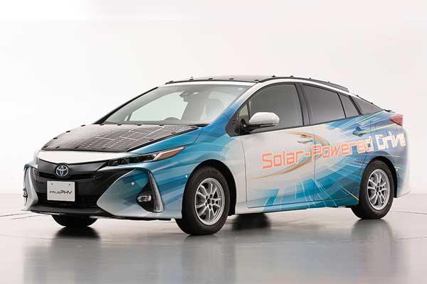 Model uji Toyota Prius PHV yang dilengkapi dengan panel baterai surya. - Toyota