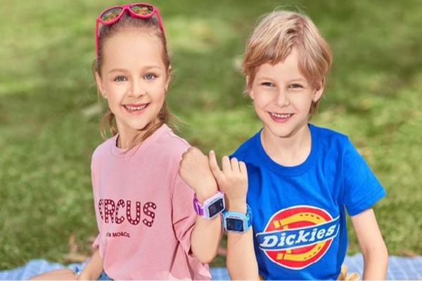 Anak-anak pakai smartwatch - istimewa