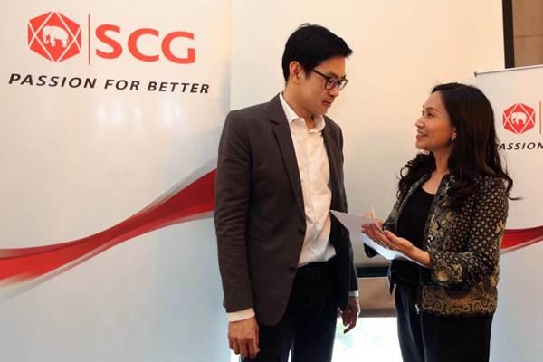 President Director Siam Cement Group (SCG) Indonesia Pathama Sirikul (kanan) berbincang dengan Country Director Anusorn Potchanabanpot di sela-sela temu media, di Jakarta, Rabu (16/1/2019). - Bisnis/Nurul Hidayat