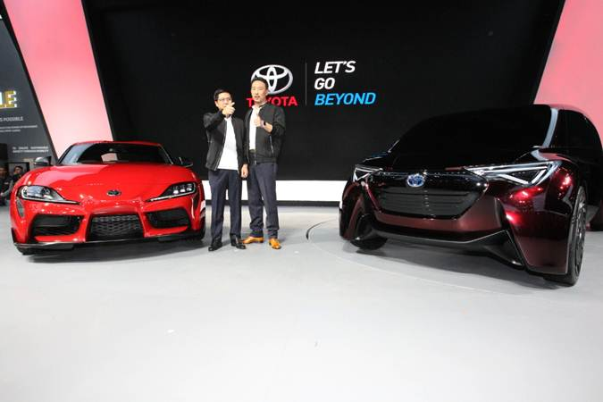 Wakil Presiden Direktur PT Toyota-Astra Motor (TAM) Henry Tanoto (kiri) bersama Presiden Direktur Yoshihiro Nakata memperkenalkan mobil Toyota GR Supra pada ajang Gaikindo Indonesia International Auto Show (GIIAS) 2019, di Tangerang, Banten, Kamis (18/7/2019). - Bisnis/Dedi Gunawan