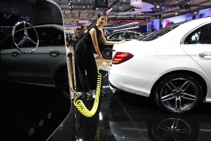 Model memperagakan cara sistem pengisian listrik ke mobil di booth Mercedes-Benz di ajang Gaikindo Indonesia International Auto Show (GIIAS) 2019 di Tangerang, Banten, Jumat (19/7/2019). - Bisnis/Dedi Gunawan