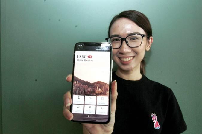 Model menunjukkan fitur mobile banking HSBC, fitur e-SBN, yang bisa dipergunakan untuk transaksi dan investasi surat berharga negara (SBN), di Jakarta, Rabu (10/7/2019). - Bisnis/Nurul Hidayat