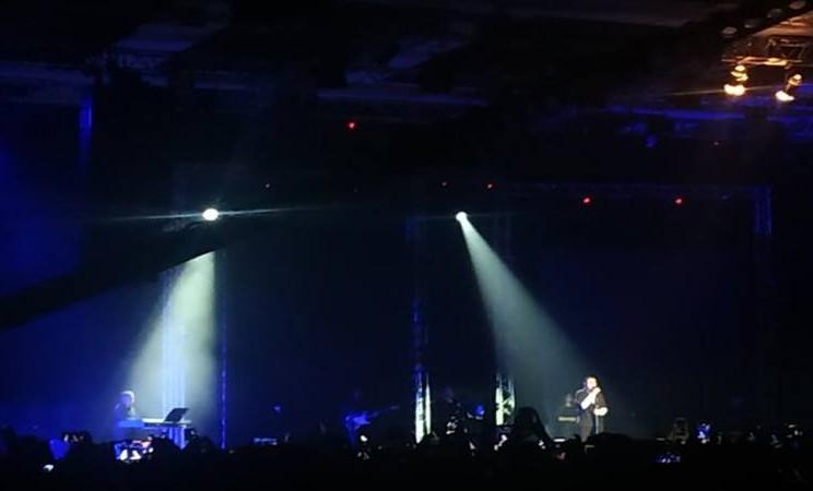 "Penyanyi Tulus beraksi pada pertunjukan musik yang bertajuk ""One Intimate night with Tulus"" di The Kasablanka Hall, Jakarta, Selasa (30/7/2019). - Antara"